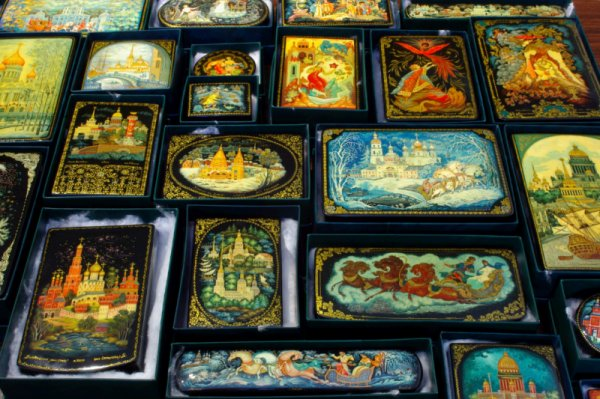 Museum of Crystal, Lacquer Miniature Paintings and Embroidery